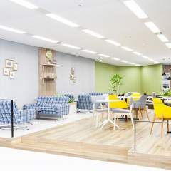 M cafeと呼ばれるカフェスペースもあり、ソファ席でリラックスすることもできます。